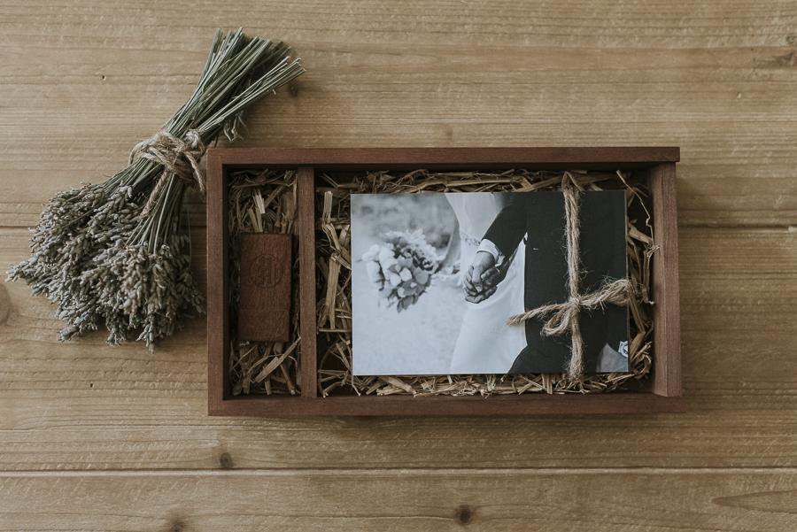 Scatola in legno con chiavetta usb e stampe fotografiche
