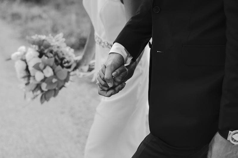 sposi che si tengono per mano - sessione di coppia matrimonio