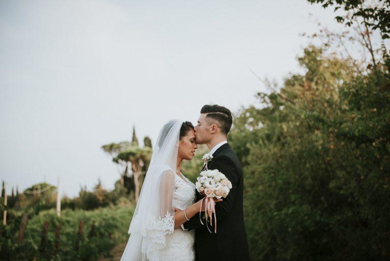 Ritratto fotografico agli sposi tra le vigne - Matrimonio a Villa Abbondanzi