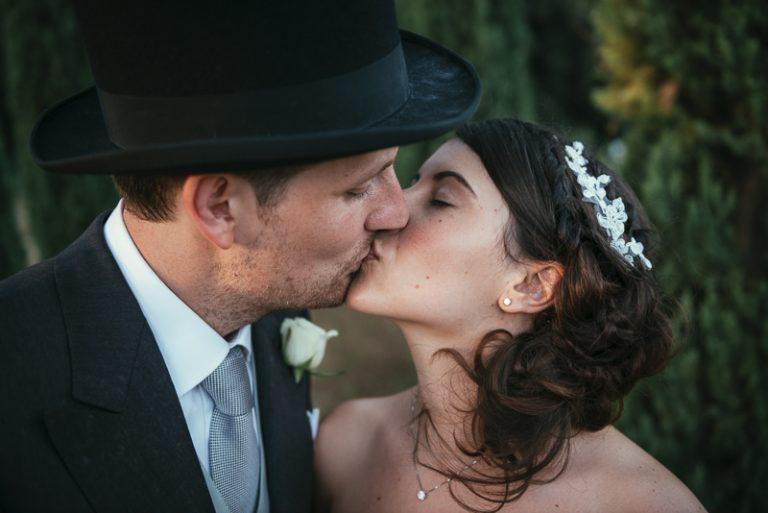 Sposi che si baciano durante le foto di coppia